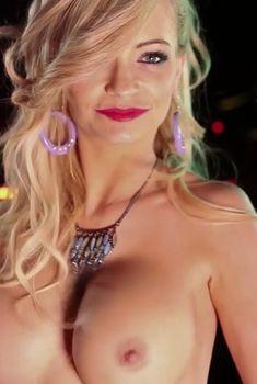 Голые сиськи Минди Робинсон в фильме Live Nude Girls, 2014