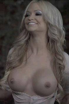 Минди Робинсон засветила голую грудь в фильме «Призраки дома Уэйли», 2012