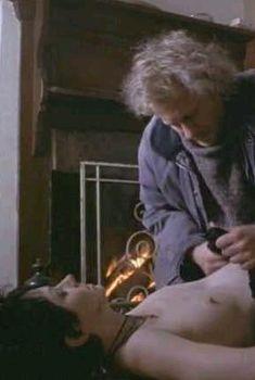 Миранда Отто засветила голую грудь в фильме «В зимней тьме», 1998