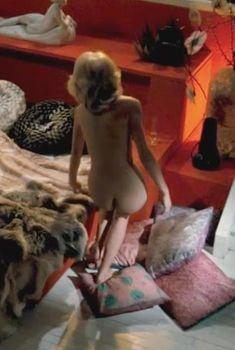 Голая попа Мирей Дарк в фильме «Высокий блондин в чёрном ботинке», 1972