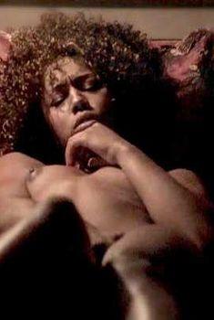 Красотка Мисти Стоун снялась голой в сериале «Секс-хроники Зейн»
