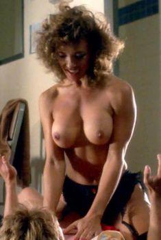 Мишель Бауэр засветила голую грудь в фильме «Студентки в кегельбане беса», 1988
