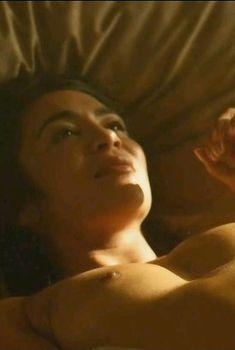Мишель Лукес засветила сосок в сериале «Ответный удар», 2010