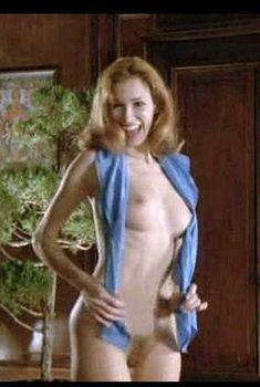Моник Габриэль полностью обнажилась в фильме «Женщины за решеткой», 1983