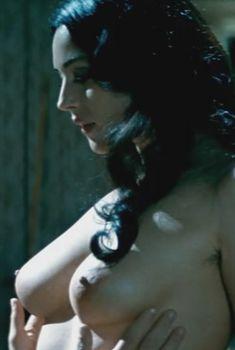 Полностью голая Моника Беллуччи в фильме «Малена», 2000