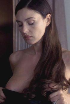 Моника Беллуччи оголила грудь в фильме «Под подозрением», 1999
