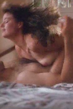Голая грудь Моры Тирни в фильме «Мертвые женщины в неглиже», 1991