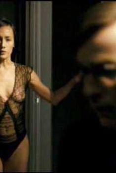 Изящная Мэгги Кью засветила грудь в фильме «Список контактов», 2008