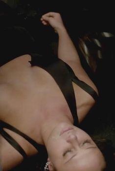 Красотка Мэдисон МакКинли оголила грудь в сериале «Власть в ночном городе», 2014