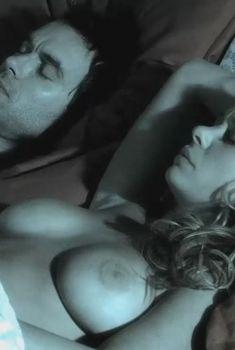 Голая грудь Мэдисон МакКинли в сериале «Схватка», 2007