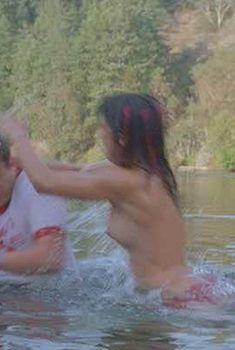 Голая грудь Мэйко Нгуйен в фильме «Держись до конца», 2004