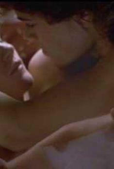 Красотка Мэр Уиннингхэм засветила грудь в фильме «Огни святого Эльма», 1985