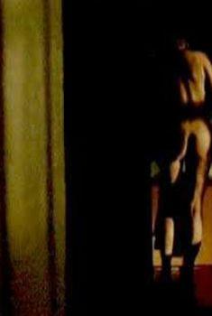 Голая попка Мэри МакКормак в фильме «Странник», 2001