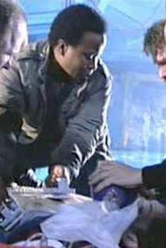 Голая грудь Мэри Элизабет Мастрантонио в фильме «Бездна», 1989
