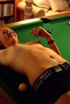 Голая грудь Мэри Элис ЛеГолт в фильме «Маньяки любят убивать», 2009