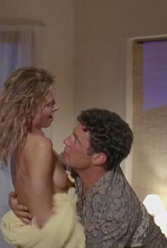 Мэриам д'Або показала голые сиськи в фильме «Безликий», 2001
