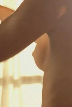 Наоми Уоттс засветила голую грудь в фильме «Невозможное», 2012