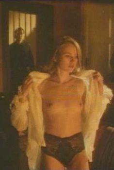 Голая Наоми Уоттс в фильме «Аморальное поведение», 1993