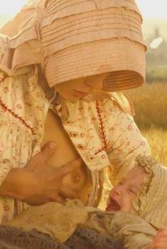 Настасья Кински кормит грудью в фильме «Тэсс», 1979