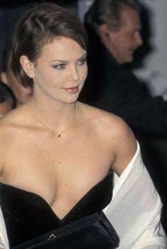 Глубокое декольте Шарлиз Терон на Costume Institute Gala Honors Christian Dior, 09.12.1996