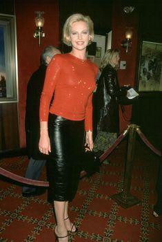 Шарлиз Терон засветила грудь на премьере фильма «Правила виноделов», 14.11.1999