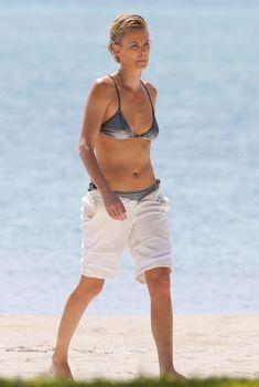 Шарлиз Терон в бикини на пляже Майами, 19.03.2014