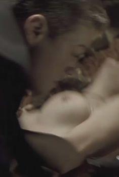 Голые сиськи Наташи Мальте в фильме «Хаос», 2005