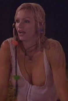 Никки Шилер Зиринг засветила грудь в программе Celebrity Love Island, 2005