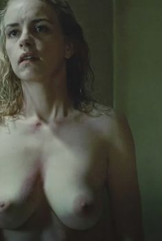 Голая грудь Нины Хосс в фильме «Безымянная – одна женщина в Берлине», 2008