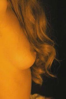 Красивая голая грудь Норы Арнезедер в фильме «Анжелика», 1996