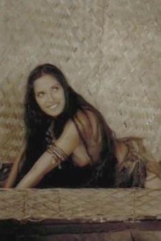 Красивая Падма Лакшми засветила грудь в фильме «Пираты», 1999