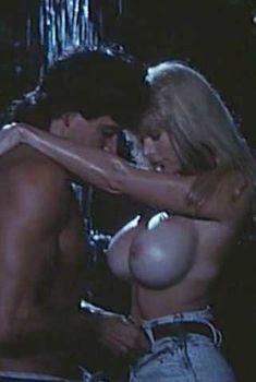 Голая Пандора Пикс в фильме «Победить или умереть», 1991