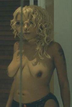 Голая Пола Джей Паркер в фильме «Она ненавидит меня», 2004