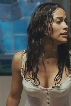 Пола Пэттон в мокрой майке в фильме «Зеркала», 2008