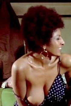 Голая Пэм Гриер в фильме «Крепкий кофеек», 1973