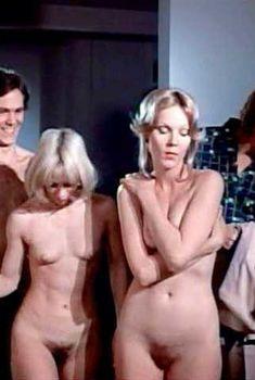 Голая Ребекка Брук в фильме «Признание молодой домохозяйки», 1974