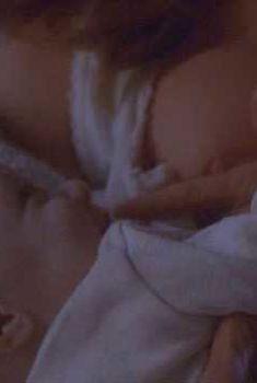 Голая Ребекка Де Морнэй в фильме «Рука, качающая колыбель», 1992