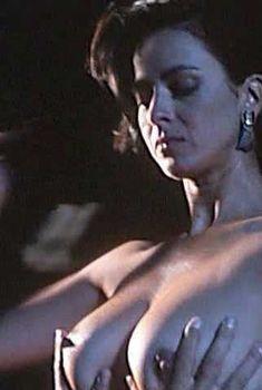 Голая Роберта Васкес в фильме «Победить или умереть», 1991