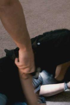 Розарио Доусон засветила сосок в фильме «Клин клином», 2012