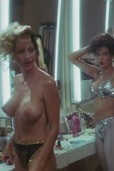 Голая Роксэнн Кернохан в фильме «Танго и Кэш», 1989