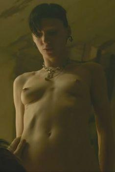 Голая Руни Мара в фильме «Девушка с татуировкой дракона», 2011