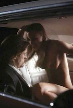 Голая Сара Джеймс в фильме «Глава Семейства», 1996