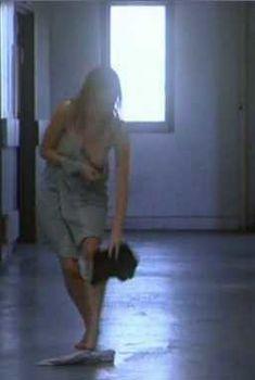 Сара Полли засветила грудь в фильме «Уроки любви», 1999