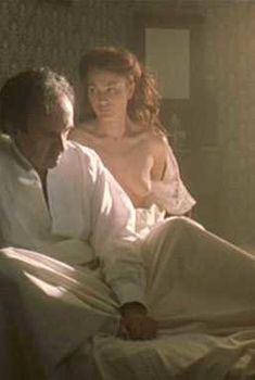 Голая Сара Уайнтер в фильме «Невеста ветра», 2001