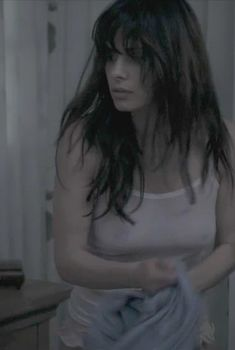 Соски Сары Шахи в фильме «Статика», 2012