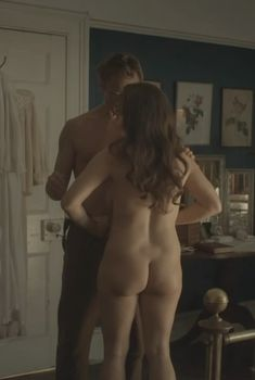 Голая Саския Ривз в сериале «Влюбленные женщины», 2011