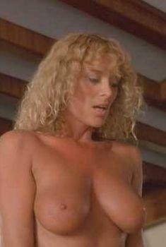 Голая Сибил Даннинг в фильме «Они играют с огнём», 1984