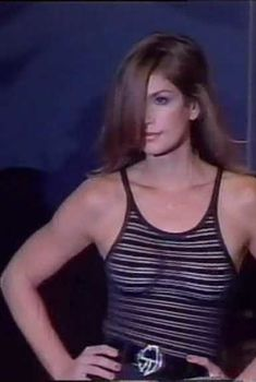 Засвет груди Синди Кроуфорд на показе мод