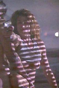 Голая Синди Кроуфорд в фильме «Честная игра», 1995
