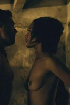 Абсолютно голая Синтия Аддай-Робинсон в сериале «Спартак. Кровь и песок», 2010